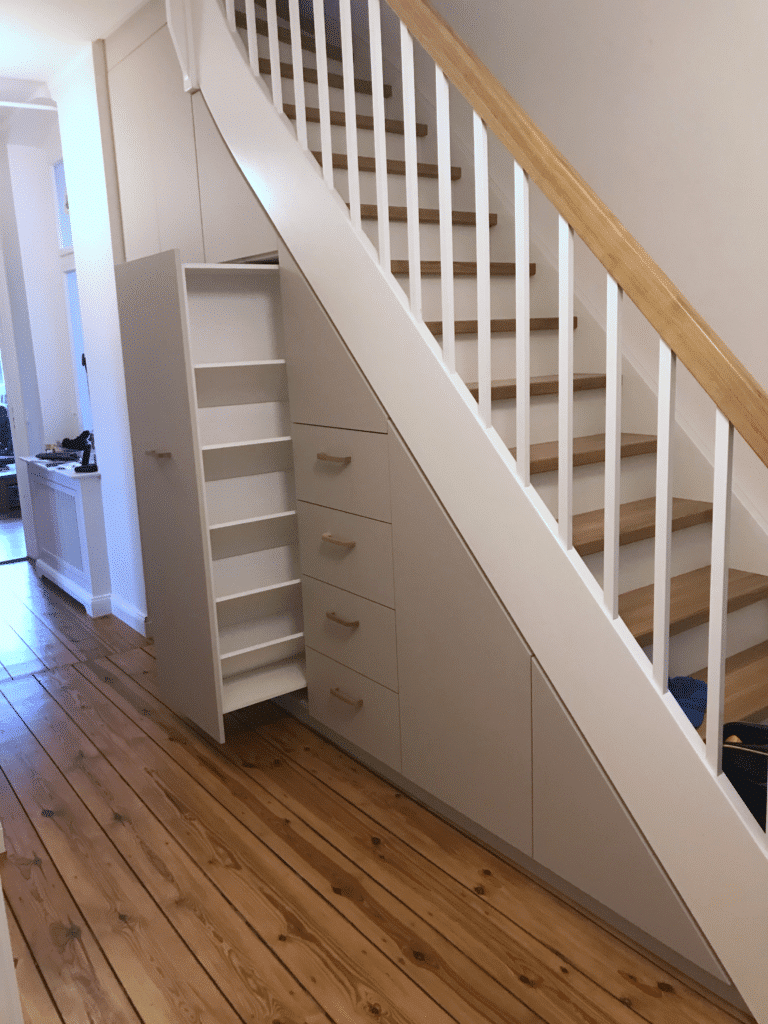 Tischlerei: schuhschrank ausziehbar unter treppe